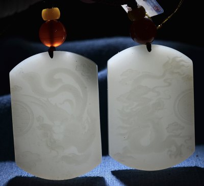 【和田玉龙凤对牌】俄料,羊脂龙凤牌,玉质细密,可过灯,一个龙牌,一个凤牌,雕刻线条流畅,婉约大气。龙是祥瑞的化身,龙是动物的神,能兴云布雨,利益万物,顺风得利。凤:祥瑞的化身,百鸟之首,象征美好和平,被作为皇室最高女性的代表,与龙相配,是吉祥喜庆的象征。与凤一起寓意成双成对或龙凤呈祥,天成富贵。支持全国复检! 尺寸:38*56*8mm 重量:27.3g 编号:68817680