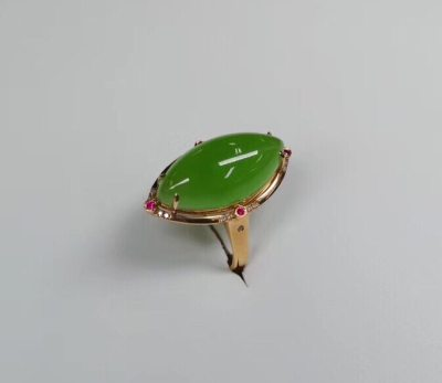 名称:18K金-苹果绿戒指 规格:10.20mm 圈口:14* 可改圈口 玉面水润通透,色泽艳丽,结构细密 。工艺精美,是佩戴送人佳品 重量:4.1、钻石:18颗 编号:29813280